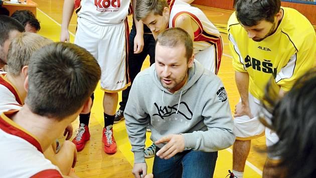 SPŘÁDAJÍ PLÁNY. Basketbalisté Písku v čele s trenérem Milanem Matějkou (uprostřed v pokleku) se chystají vyvrcholení letošní sezony. V baráži o první ligu si budou chtít vybojovat postup do vyšší soutěže.