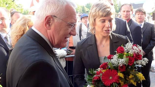 Václav Klaus předává v Písku kytici Kateřině Neumannové.