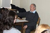 Tommy Karas vyprávěl studentům nejen o Terezíně.