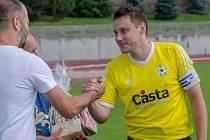 Loučícímu se Davidu Pichlíkovi poděkovalo vedení FC Písek.