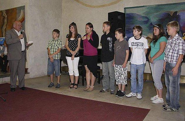 Ředitel ZŠ J.K. Tyla v Písku Jaromír Hladký představil nejúspěšnější žáky své školy na setkání s představiteli města.