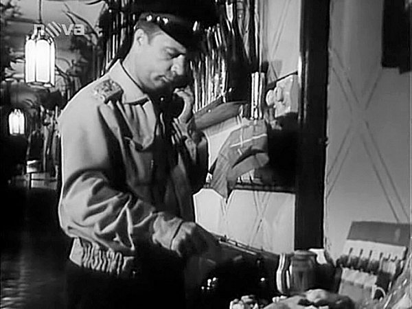VLADIMÍR MENŠÍK vPuškové chodbě zámku. Itady dělali filmaři úpravy, přidali například pojistky a vypínač světel.