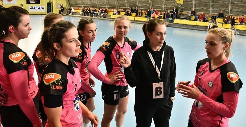 Písecké házenkářky (v růžovočerném) ve třetím kole MOL ligy pokořily slovenského nováčka ze Stupavy 35:14.