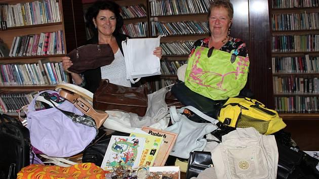 V městské knihovně v Miroticích se nashromáždilo celkem 78 kabelek, sedm knih a bižuterie. Na snímku jsou (zleva) starostka Martina Mikšíčková a knihovnice Monika Chylíková.