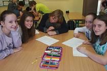 Křížovku v angličtině luštili žáci třídy 1.O (zleva) Lucka Šafaříková, Karolína Nováčková, Ota Horažďovský, Tereza Mužíková a Magdalena Lisová.