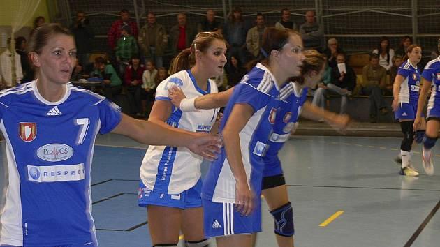 Domácí hráčka Alena Stellnerová (ve světlém) byla přísně střežena obranou hostujícího týmu, přesto v úvodním zápase nového ročníku interligy házenkářek Písek - Šaľa (30:34) vstřelila šest branek.