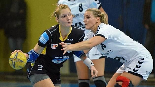 Domácí hráčka Kateřina Vrabcová (vlevo) se snaží vymanit z obranného sevření Heleny Štěrbové, vzadu všemu přihlíží Pavla Poznarová. V zápase 13. kola interligy házenkářek zvítězil Písek nad Zlínem 39:29.