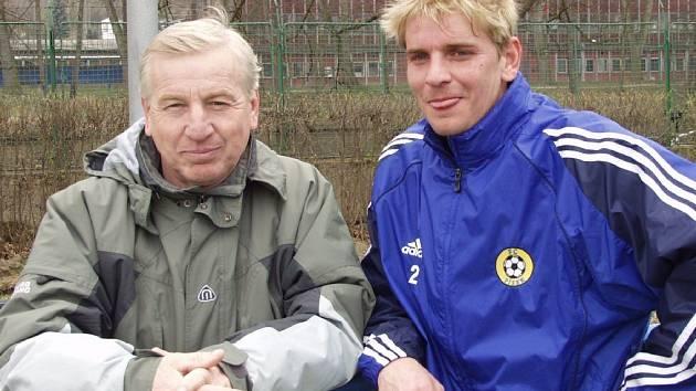 Na snímku jsou dva Zušťákové:  vlevo Jan starší (62 let), bývalý vynikající hráč a střelec Fezka Strakonice, vpravo Jan mladší, současný kanonýr FC Písek.