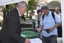 Na start Švejkovy padesátky v Palackého sadech se přišel zaregistrovat také Jan Bureš z Písku.