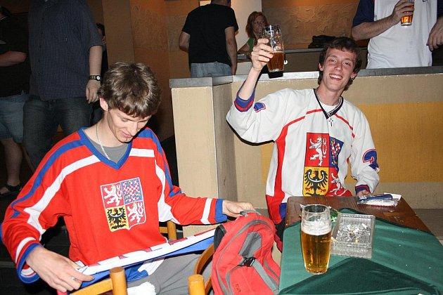 Hokejoví fanoušci v Divadle Pod čarou v Písku