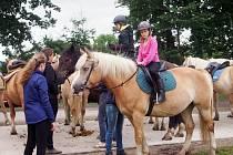 Ve Štěticích je dětský tábor zaměřený na koně.