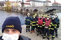 Písečtí dobrovolní hasiči vyčistili ledolamy Kamenného mostu.