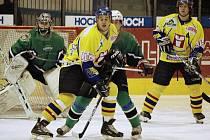 VELKÁ SPOKOJENOST. Hokejoví junioři Písku vyhráli v dalším ligovém utkání na domácím ledě nad Příbramí 5:2. Na snímku z tohoto zápasu bojují domácí hráči Pankrátz a Pešta před soupeřovou brankou.