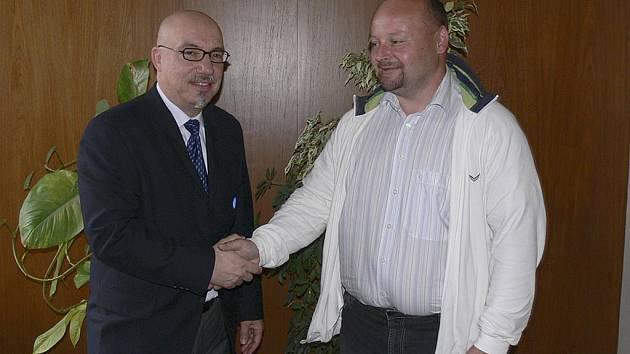 Prezident mezinárodní hokejbalové federace ISBHf Kanaďan Dominic Di Gironimo (na snímku vlevo v rozhovoru s píseckým Vítem Čapkem, členem předsednictva ČMSHb) navštívil ve středu Písek, kde se v roce 2012 uskuteční hokejbalové MS hráčů do dvaceti let.