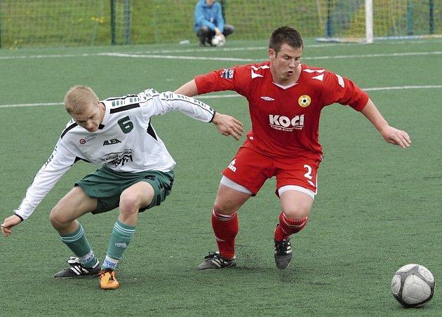 Domácí Řezáč (vpravo) bojuje o míč s hostujícím Klímou v sobotním zápase krajského fotbalového přeboru, ve kterém Písek B prohrál s Jankovem 0:2.