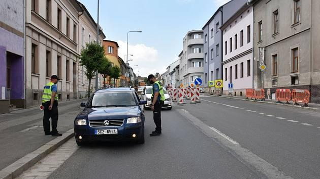Strážníci kontrolují řidiče, který vjel do zákazu.