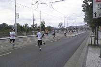 Holešovické Bubenské nábřeží, běžci právě zdolali 35 kilometrů a další kilometry Pražského maratonu je ještě čekají.