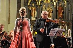 Písecký komorní orchestr a pěvkyně Christina Johnston.