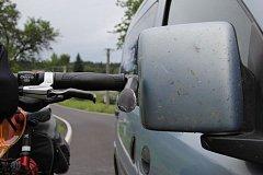 Srážka auta s cyklistou.