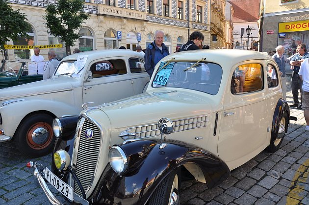 Historická vozidla na Alšově náměstí v Písku.