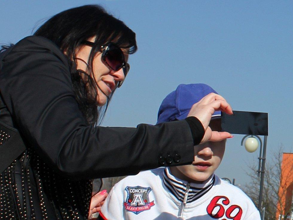 V pátek 20. března sledovali zatmění Slunce lidé na nábřeží v Písku.