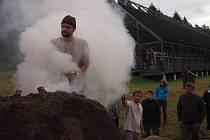 ZAPÁLENÍ MILÍŘE. U písecké lesovny byl zapálen milíř, kterým se získávalo dřevěné uhlí.
