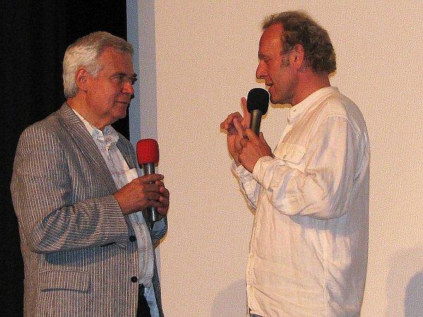 Zahájení Festivalu nad řekou 2010.Vpravo moderátor Jaroslav Dušek, vlevo Michael Havas.