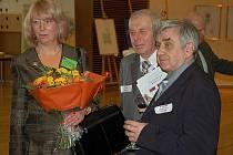 Snímek je z vernisáže výstavy Františka Doubka (vpravo) v Bruselu. Vedle stojí  ředitel českobudějovické  galerie Zlatý kříž Jiří Reiniš  a česká velvyslankyně v EU Milena Vicenová.