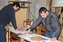ZÁJEM. Sepekovské dostavba Obecního domu zajímá, pečlivě studovali přinesené studie