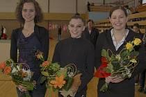 Před zahájením závodu Roztančené náčiní v Milevsku převzaly květinové dary (zleva): Lucie Tollingerová, Ludmila Korytová a Petra Anna Kofroňová.