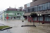 PROTIVÍN 2002. Při druhé povodňové vlně se  voda z Blanice v Protivíně dostala až na Masarykovo náměstí.