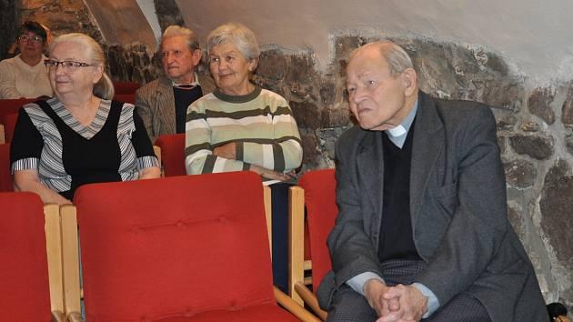 Pětadevadesátiletý římskokatolický farář Josef Xaver Kobza na vánočním setkání esperantistů v Písku