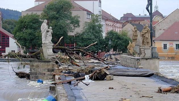 ZKÁZA.  Rozběsněná řeka  Otava si za cíl vybrala i Kamenný most v Písku. Historická památka se stala symbolem popovodňové obnovy  pro celé Čechy.