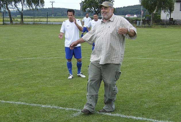Karel Čabrádek v netradiční roli při slavnostním výkopu fotbalového utkání v Záhoří.