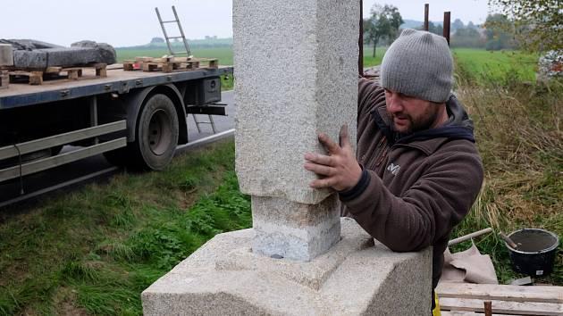 Restaurování kříže v Dolních Novosedlech.