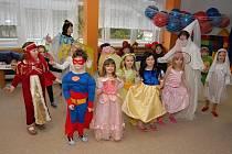 Náš snímek je z karnevalového reje v Matěřské škole Klubíčko v Milevsku. Kromě dětí si masky připravily, ale i oblékly, také paní učitelky.