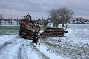 Dopravní nehoda před Kostelcem nad Vltavou ve směru od Kovářova.
