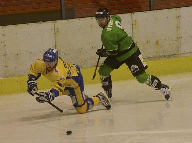 Domácí Ruprecht (vlevo) bojuje o puk s hostujícím Výborným v nedávném utkání první ligy, ve kterém hokejisté Písku podlehli Mladé Boleslavi 2:3 na nájezdy. Ve středu prohráli Písečtí v Hradci Králové 0:3.