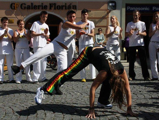 Ukázka capoeiry na Floriáně v Písku.  Capoeira představuje unikátní kombinaci tance, akrobacie a netradičního boje.