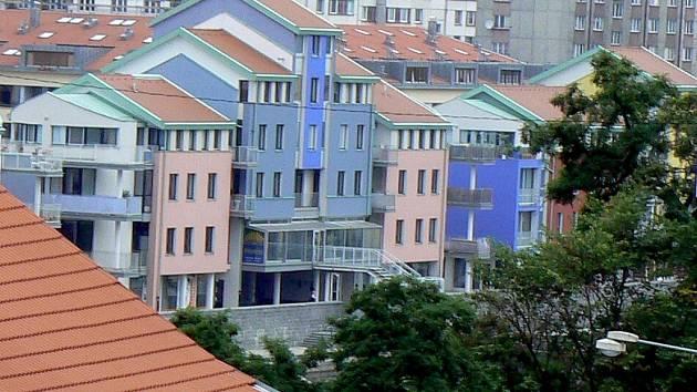 Čechova ulice v Písku - barevné domy na nábřeží Otavy vzbuzovaly při svém vzniku podobné emoce jako Tančící dům v Praze nebo Kaplického Národní knihovna.
