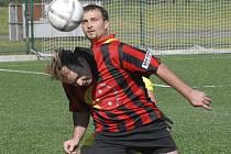 Karel Bursík (na snímku v souboji se slabčickým Horou)  z týmu Amatéru Milevsko, vyšel v nedělním utkání okresní fotbalové IV. třídy proti Veselíčku střelecky naprázdno.