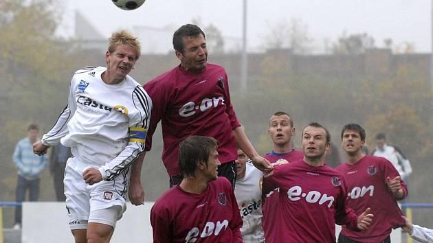 Kapitán domácího týmu Jan Zušťák (vlevo) v hlavičkovém souboji s Janem Rieglem v utkání minulého kola třetí fotbalové ligy, ve kterém FC Písek prohrál doma s rezervou Dynama České Budějovice 0:3.
