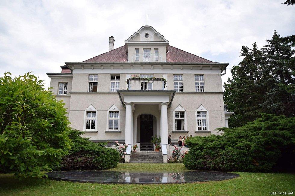 Pietní akt ve Spáleném lese u Klatov a u Singerovy vily v Klatovech.
