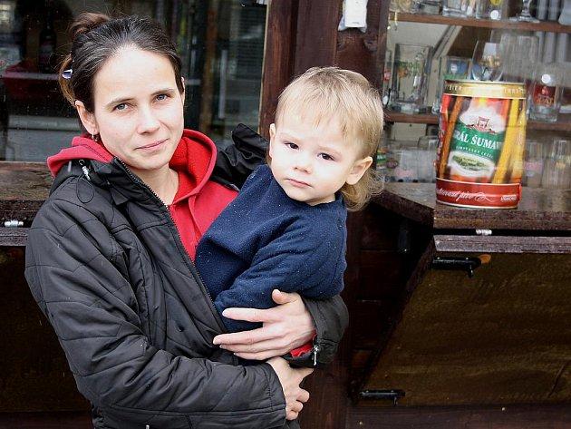 PODNIKATELKA. Hana Krátká prodává na okraji Letů pivní speciály. Stará se také o čtyři děti, na snímku je před svým stánkem ale jen s jedním z nich, synem Tomášem.