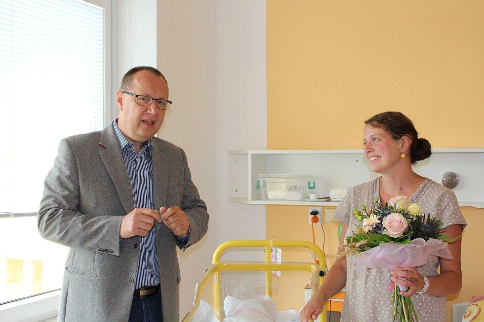 Evě Chvojsíkové, ktera porodila v pátek 18. srpna zdravou holčičku Barborku za pomoci manžela Miroslava pod lípou v areálu písecké nemocice, přišel gratulovat ředitel nemocnice Jiří Holan.