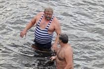 Otužilci se na Štědrý den koupali v Otavě v Písku.