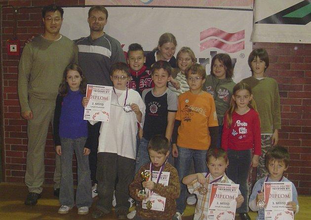 Na snímku jsou úspěšní závodníci a závodnice oddílu taekwonda z Protivína.