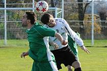 Domácí Polodna (vlevo) v hlavičkovém souboji s Kuchařem v utkání minulého kola fotbalové divize, ve kterém Čížová remizovala s Milevskem 1:1.