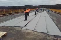 Příprava dočasného zprovoznění Žďákovského mostu.