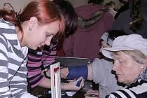 Na fotografii měří studentka zdravotnické školy Dominika Hesounová krevní tlak Květě Markové.
